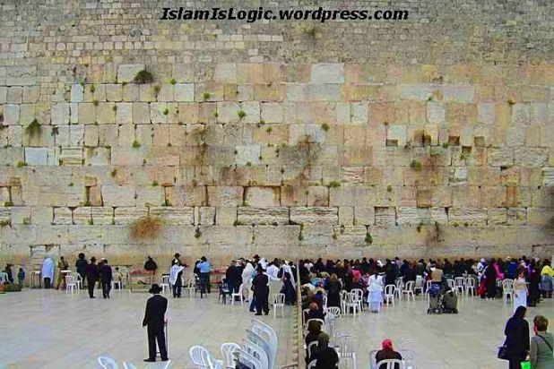 Tembok Ratapan, situs suci kaum Yahudi yang kebenaran sejarahnya diragukan.