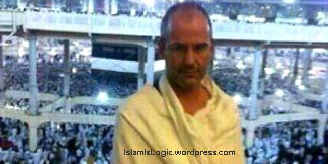 Arnoud Van Doorn berfoto depan Kabah saat menunaikan ibadah haji. (muslimmedianews.wordpress.com)