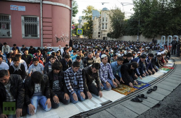 Moscow Muslims celebrate Eid Al-Fitr with morning prayers.(RIA Novosti / Vladimir Astapkovich)