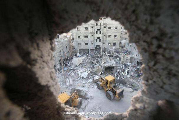 Buldoser membersihkan puing reruntuhan sebuah rumah yang hancur akibat serangan udara Israel di Rafah di selatan Jalur Gaza, Jumat (11/7). (Reuters/Ibraheem Abu Mustafa )