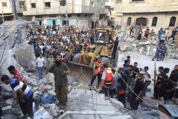Warga Palestina bersama tim penyelamat mencari korban di bawah reruntuhan rumah yang hancur akibat serangan udara Israel di Rafah di Jalur Gaza, Jumat (11/7). (Reuters/Ibraheem Abu Mustafa )