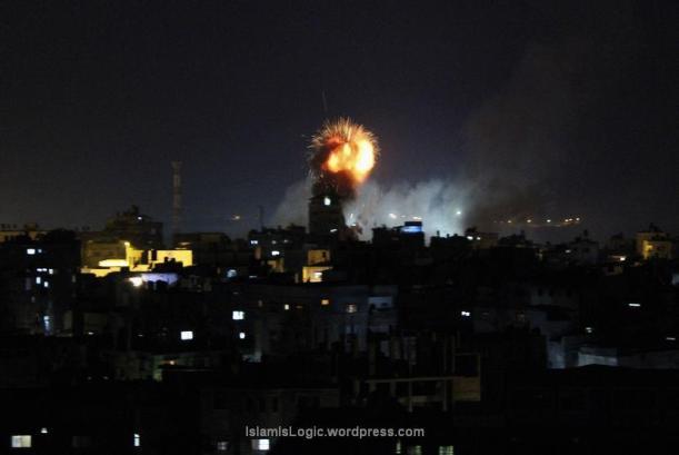 Asap dan api terlihat setelah serangan udara Israel di Rafah, di Jalur Gaza, Jumat (11/7). (Reuters/Abed Sha'at)
