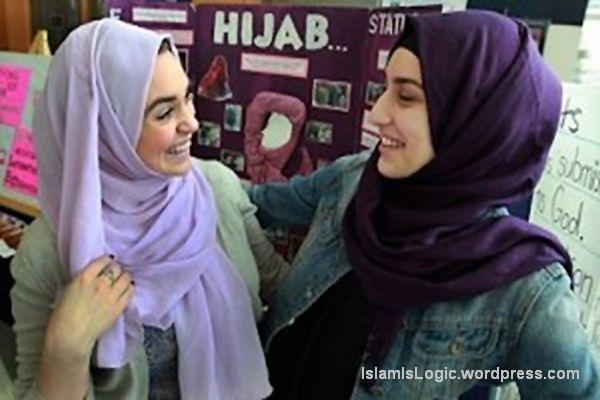 Noor Aubie (kanan, hijab coklat) dan teman seimannya.