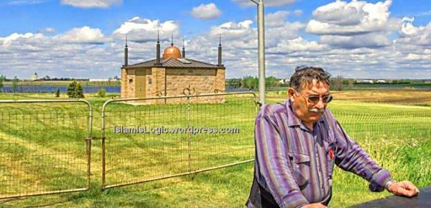 Richard Umar dengan latar belakang masjid tertua di Amerika Serikat.